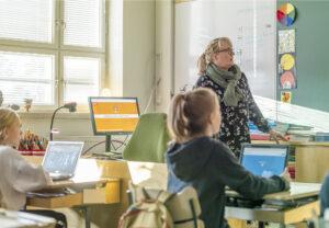Opettaja ja oppilaat oppitunnilla luokassa