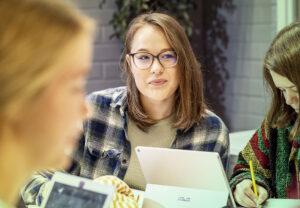 Lukiolaistyttö opiskelee