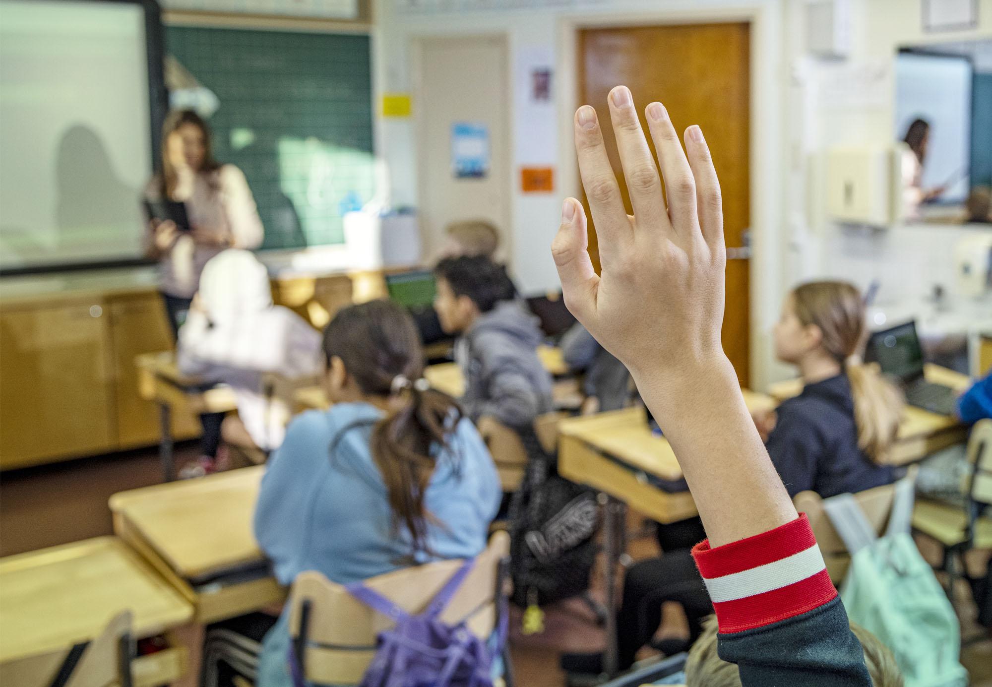 Oppija viittaa oppitunnilla