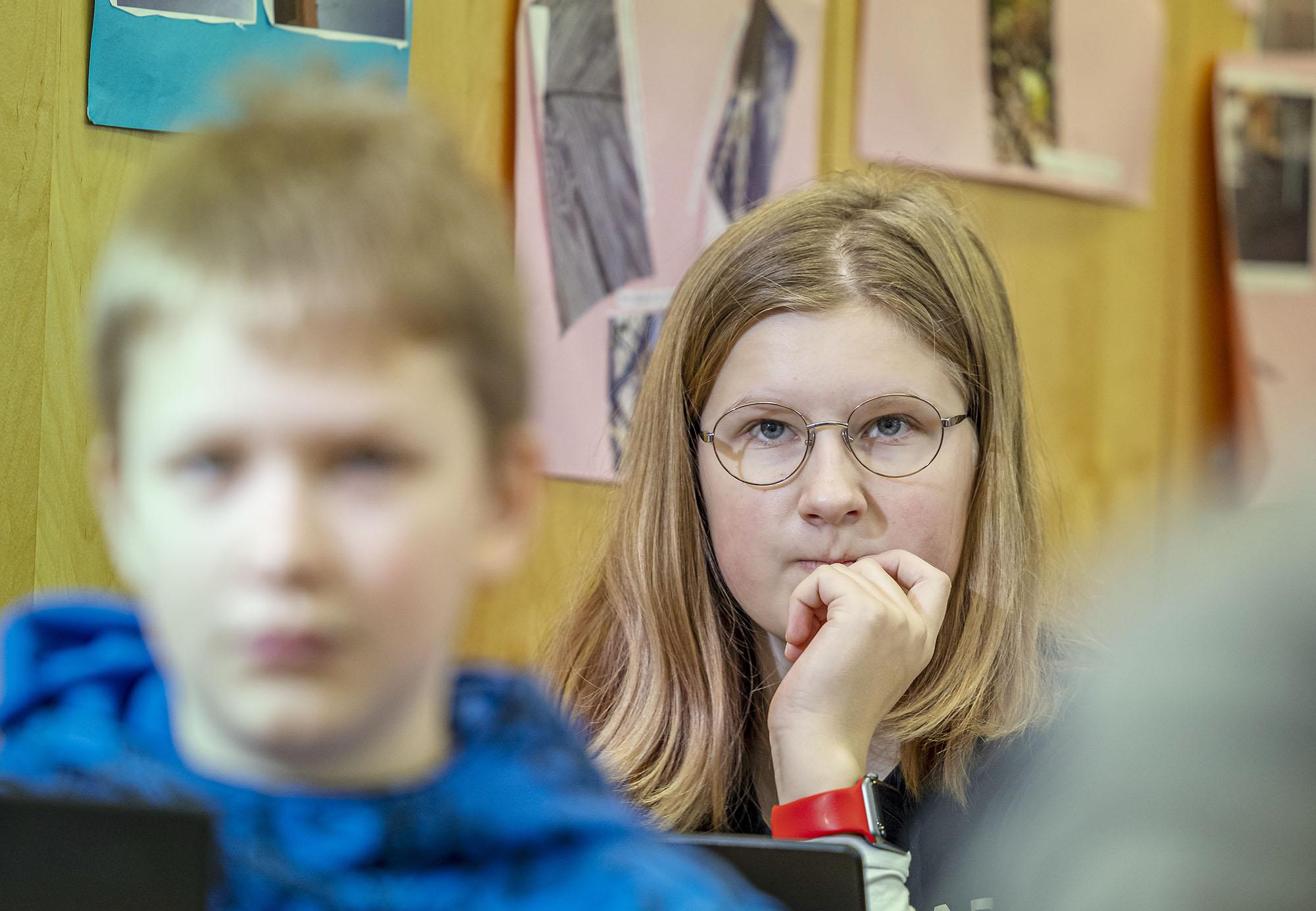 Tyttö keskittyneenä oppitunnilla